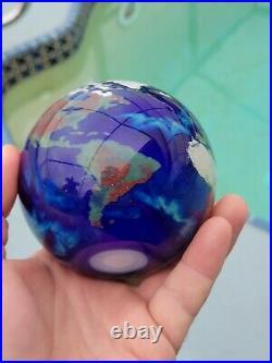 Nice vintage Lundberg studios art glass globe world paperweight